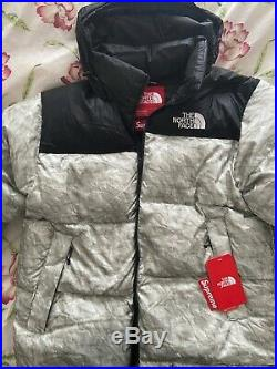 Supreme The North Face Nuptse Jacket Paper Print avec Facture taille L